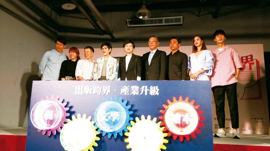 文化部長鄭麗君(中)、導演王小棣(左3)、演員莫允雯(右2)等來賓出席「故事跨視