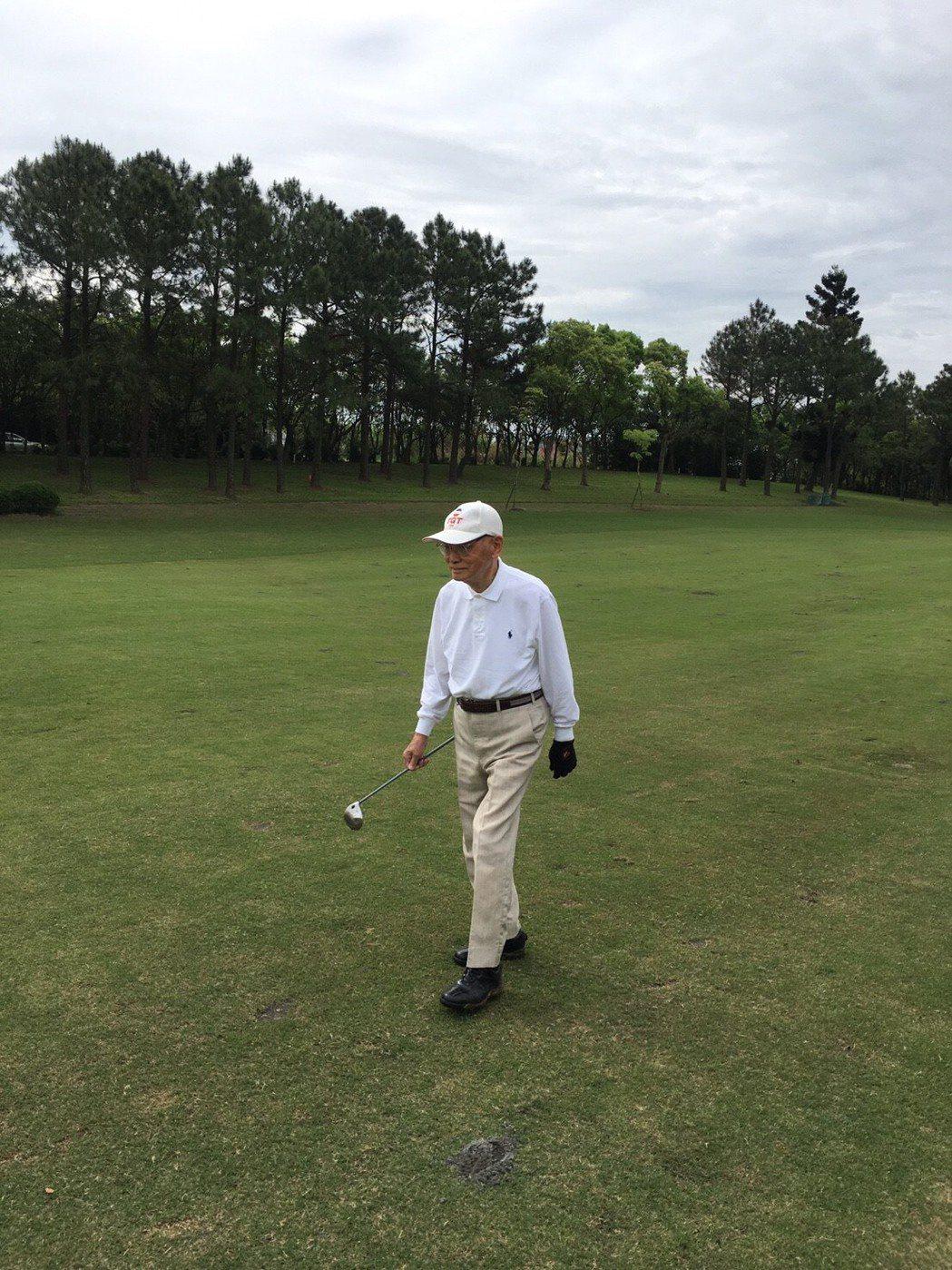 100歲的張祖詒至今常打小白球。圖/張祖詒提供