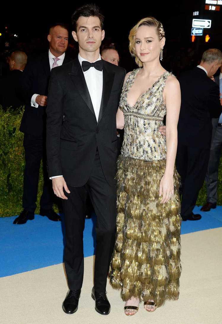 布麗拉森(右)選穿香奈兒2017巴黎大都會工坊系列的洋裝。圖/摘自celebri...