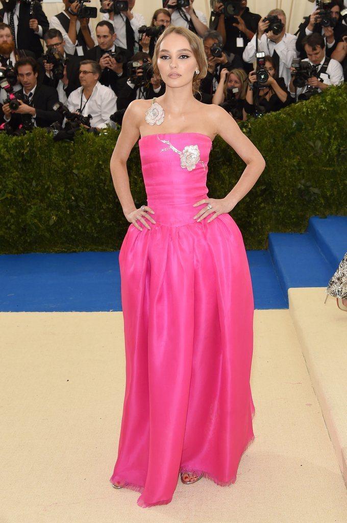 莉莉蘿絲戴普以一身香奈兒骨董禮服現身,喜氣的桃紅色配上胸前、頸部的亮片花朵裝飾,...