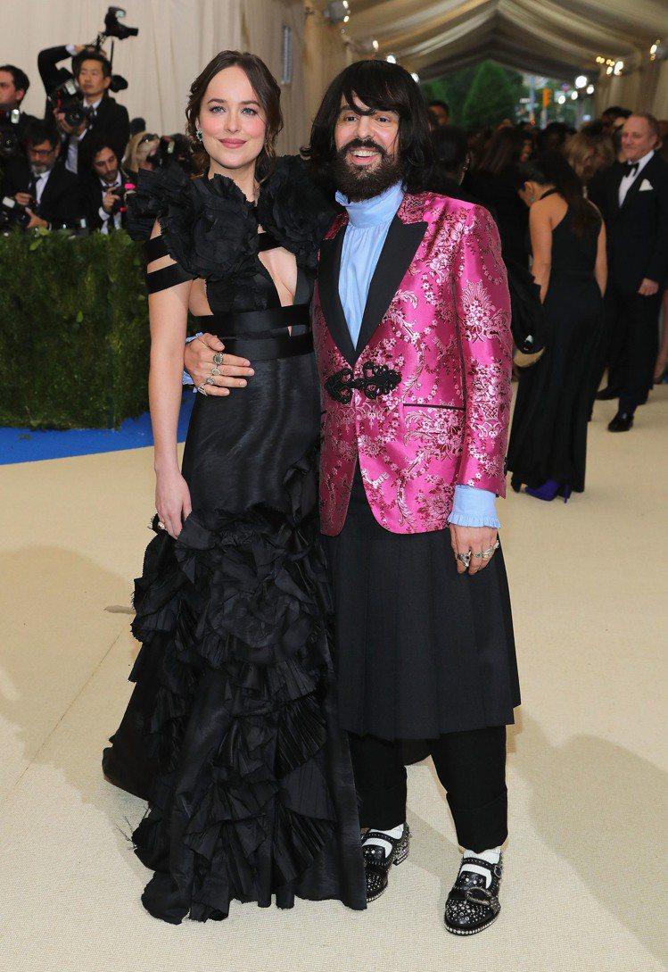 達珂塔強生穿著Gucci黑色訂製絲質禮服,Gucci創意總監Alessandro...