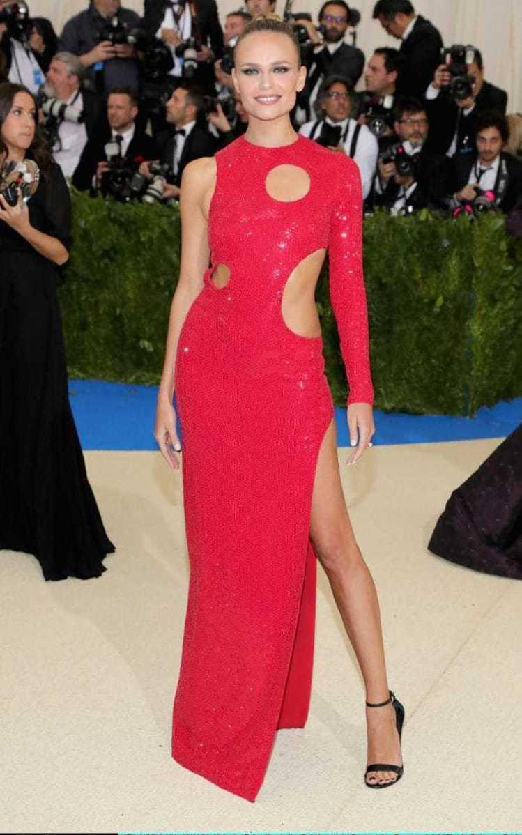 俄羅斯超模娜塔莎波利穿著MICHAEL KORS深紅色不對稱禮服出席。圖/MIC...