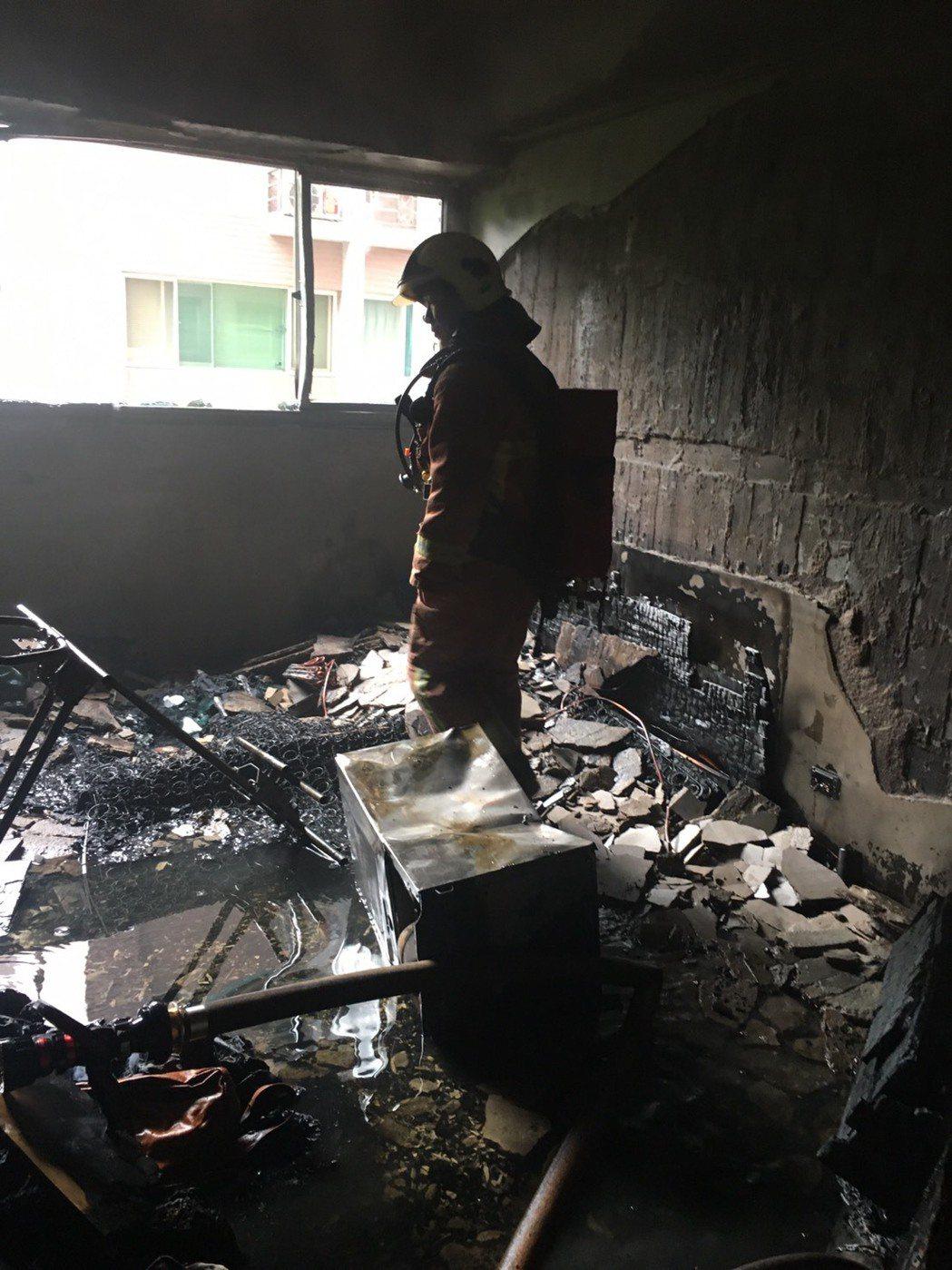 失火的住戶屋內付之一炬。 記者林昭彰/翻攝