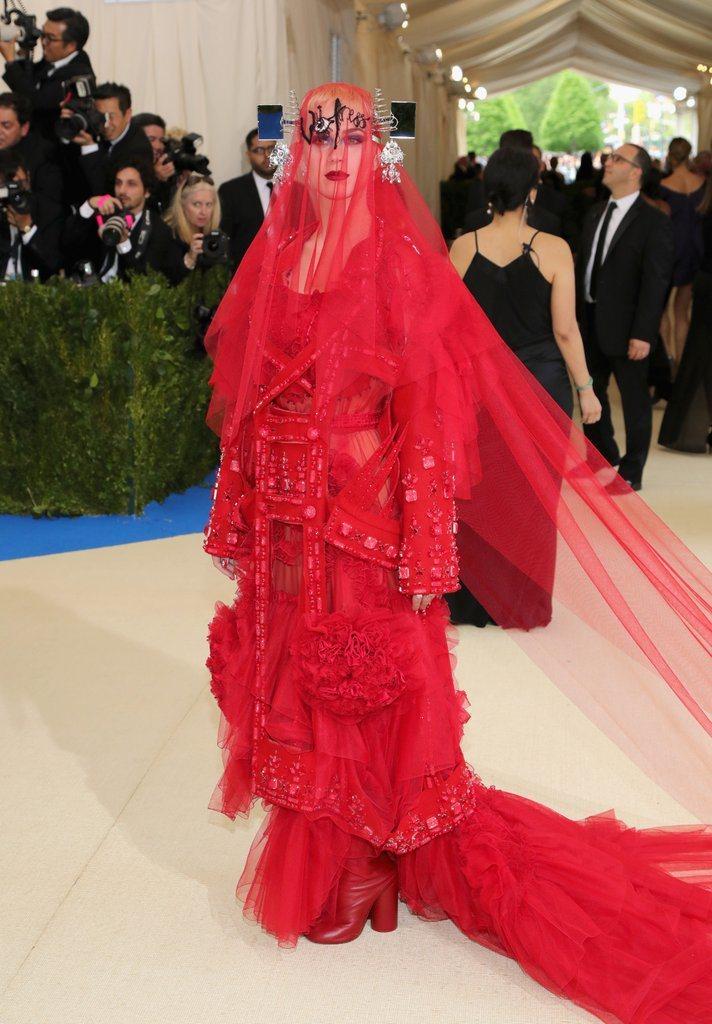 凱蒂佩芮穿Maison Margiela登場,切題且具戲劇張力。圖/取自pops...