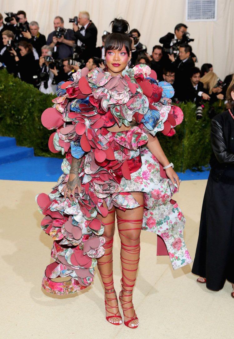 蕾哈娜穿Comme des Garcons,她這次瘋得太讚了。圖/取自rompe...