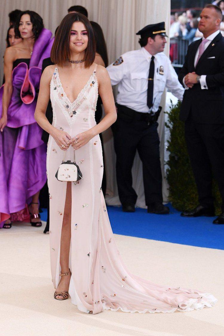 瑟琳娜戈梅茲身穿COACH、配戴Tiffany珠寶亮麗出席。圖/取自twitte...