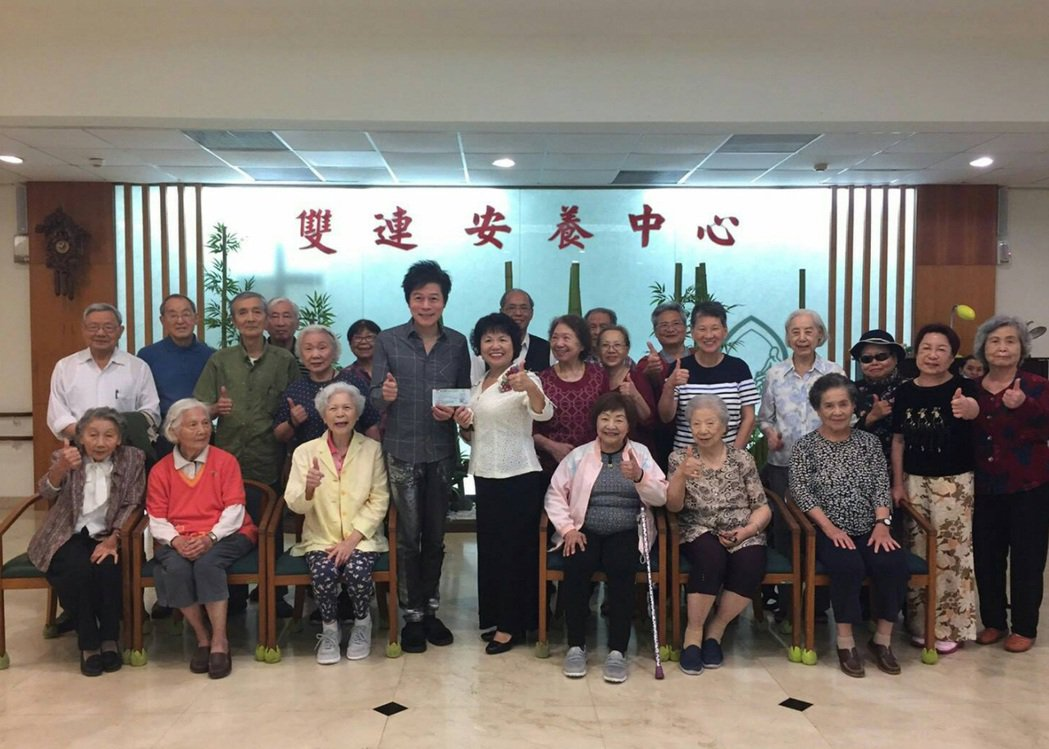 洪榮宏演唱會前到養老院關懷老人。圖/寬宏提供
