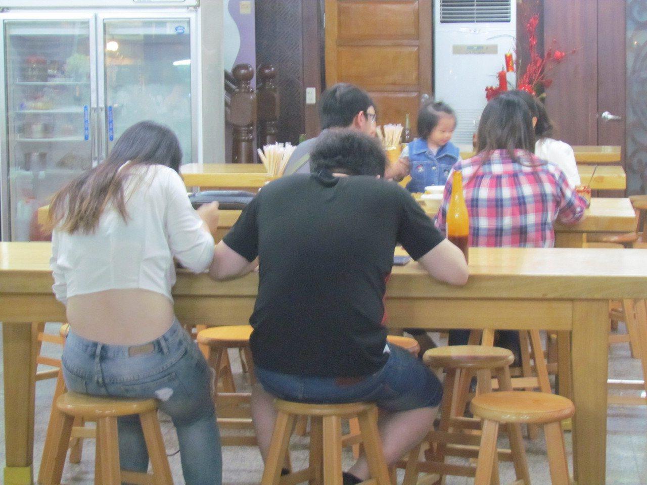 南投市橋頭邊肉圓40年老店,有些人是從小吃到大。記者張家樂/攝影