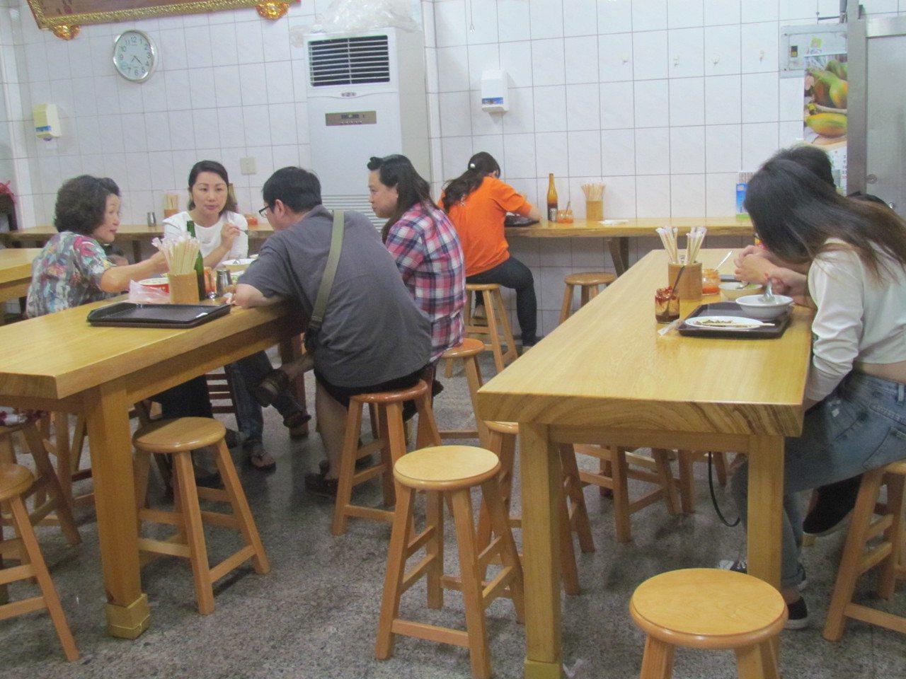 南投市橋頭邊肉圓有空調,使用原木桌椅,用餐環境很優雅。記者張家樂/攝影