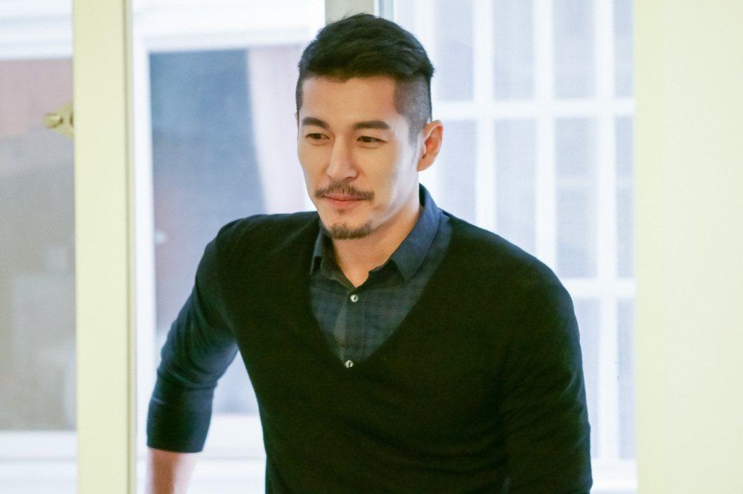 郭鑫蓄鬍客串演出「酸甜之味」,飾演一名成功投資客。圖/TVBS提供