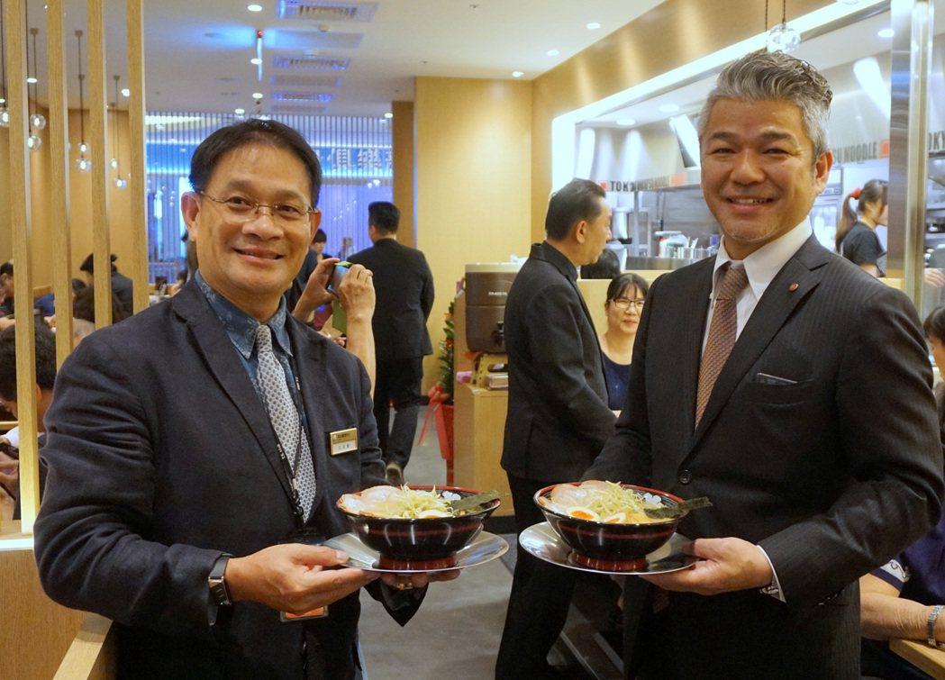 南紡購物中心營運長江文凱(左)與 屯京拉麵社長菅野克弘。圖/南紡購物中心提供