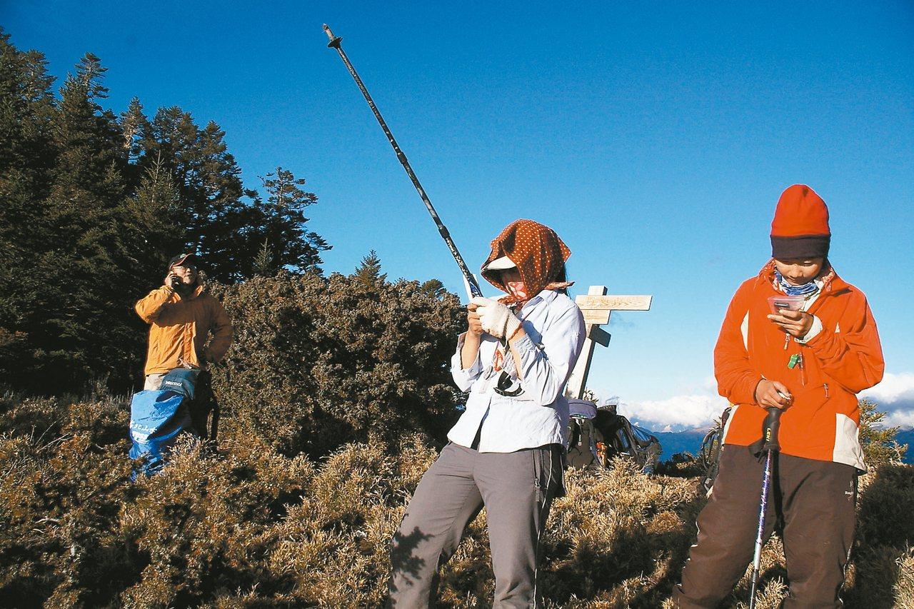 山頂收訊,接連起山下現實一刻。 圖/高義翔攝影