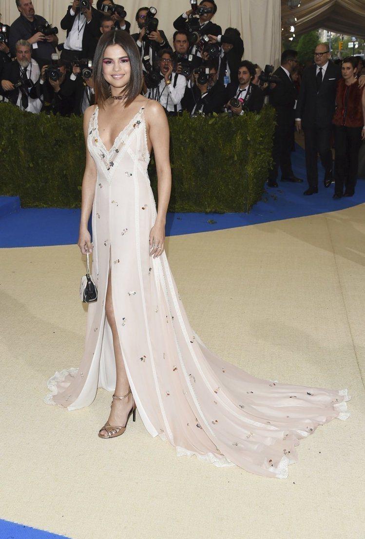 賽琳娜戈梅茲選擇白色COACH碎花洋裝搭配Tiffany & Co. 1...
