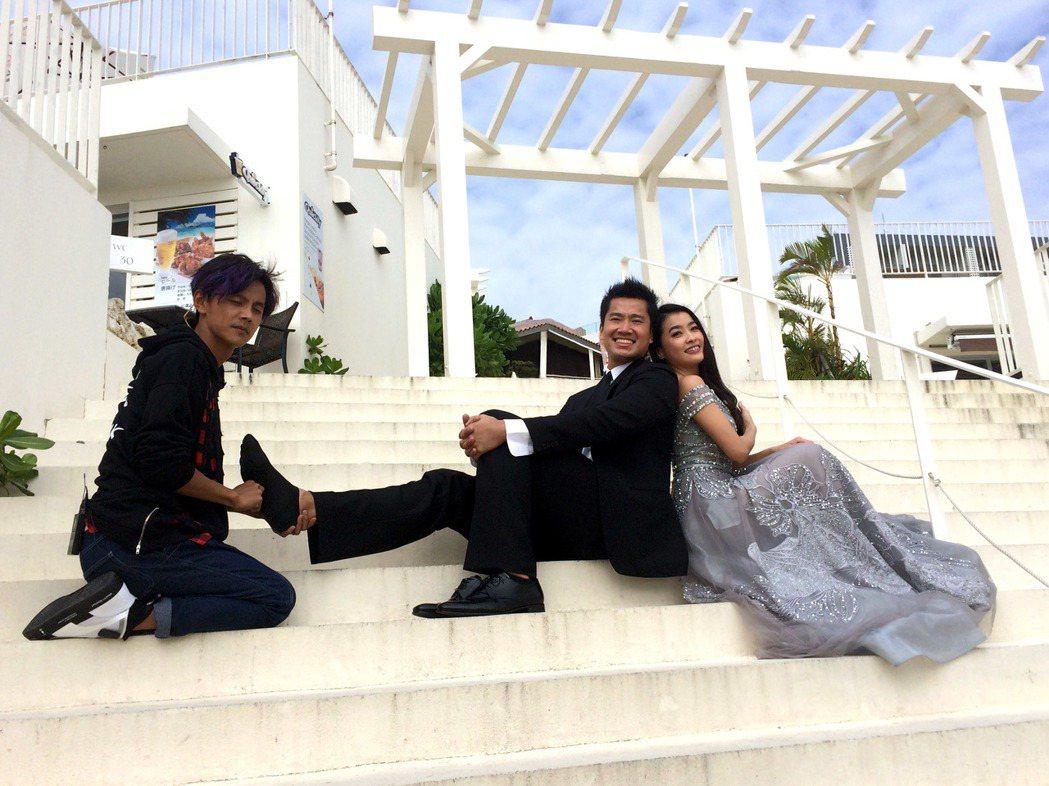 小嫻(右)、何守正沖繩補拍婚紗,畫面中總有一個電燈泡阿翔。圖/TVBS提供