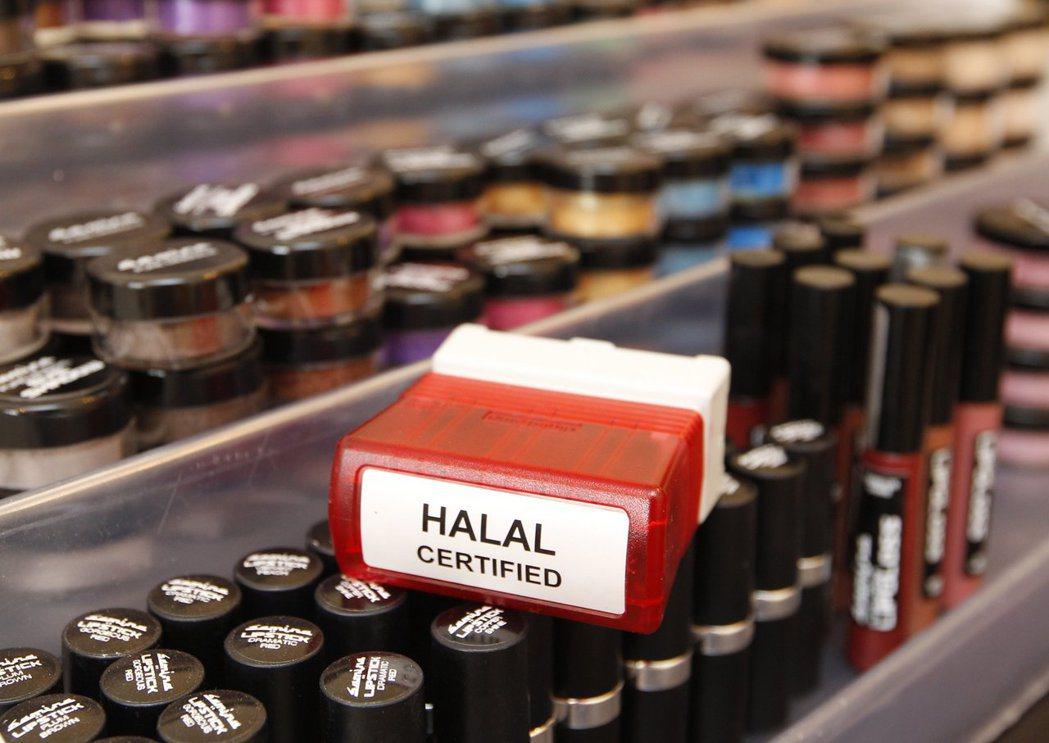 鎖定穆斯林消費者的化妝品也要符合清真認證,必須不含酒精與動物成分。 路透資料照片