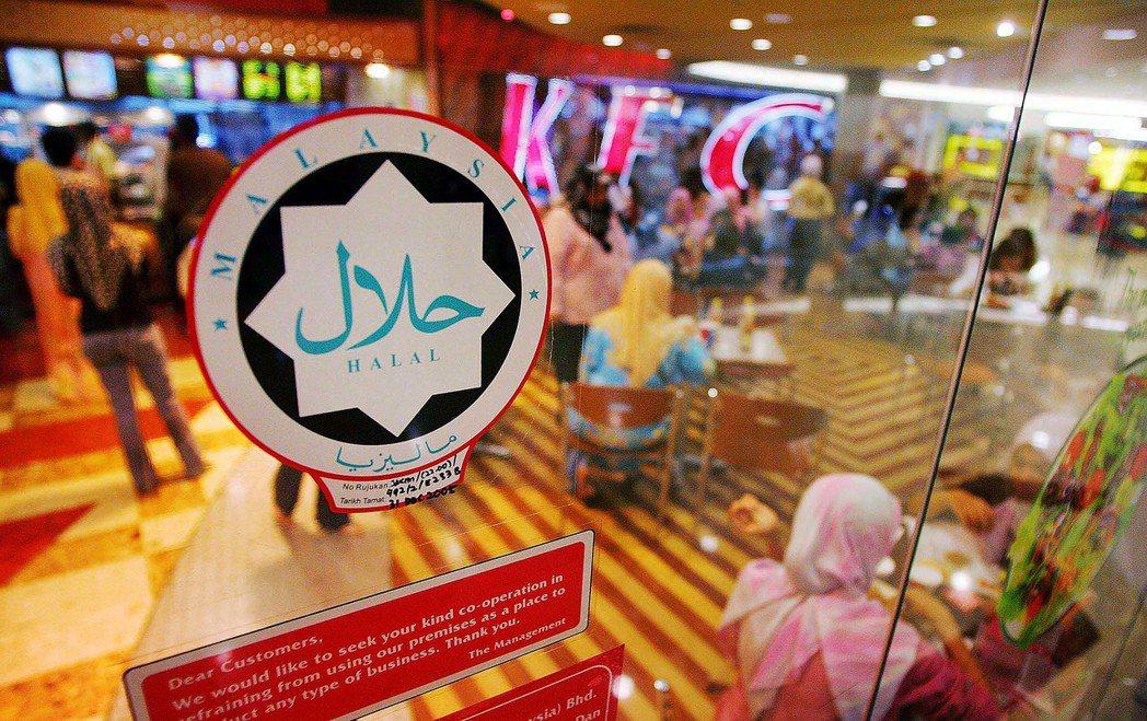吉隆坡一間餐廳的門口貼上清真認證的標記,確保食物的處理程序符合伊斯蘭教法的規定。...