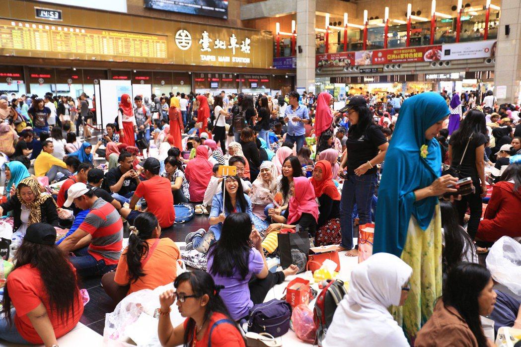 大批穆斯林移工在台北火車站大廳,參與穆斯林開齋節歡慶活動。 本報資料照片