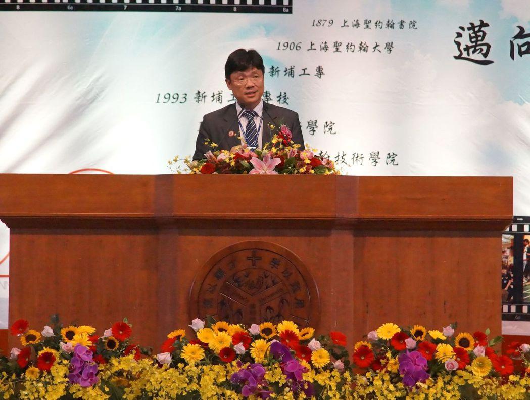 艾和昌校長感謝全體貴賓及師生參加50週年校慶大會,尤其是從海外遠道而來的上海聖約...