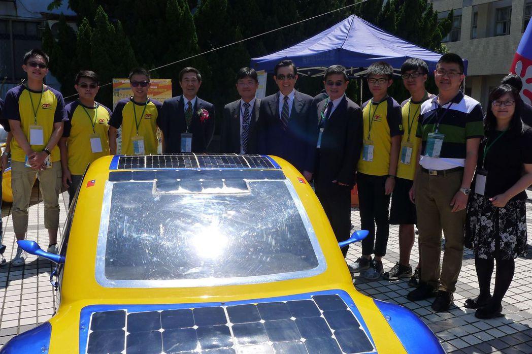 有台灣太陽能車教父美譽的艾和昌校長(左五)將帶領聖約翰阿波羅車隊於今年10月前往...