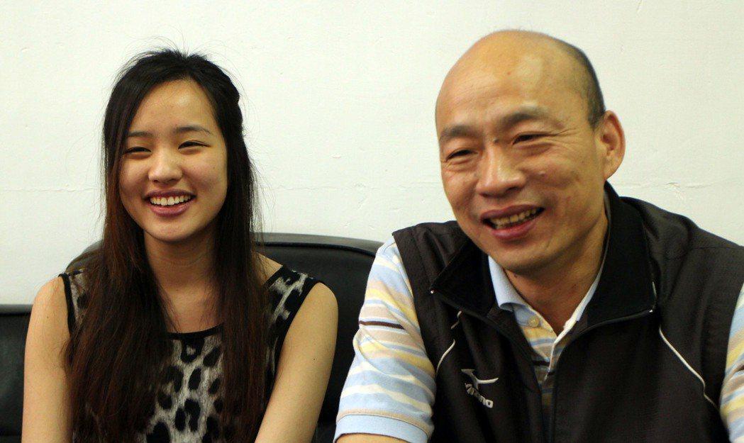 韓國瑜(右)與女兒韓冰(左)。 (中央社)