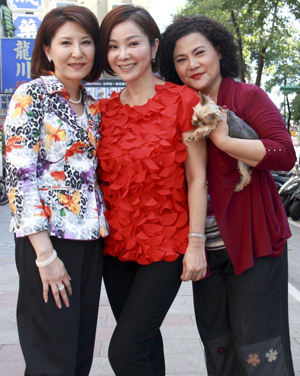 賴青畇(左)曾在民視「風水世家」演出,與陳美鳳(中)、鍾佳珍(右)是多年老友。 ...