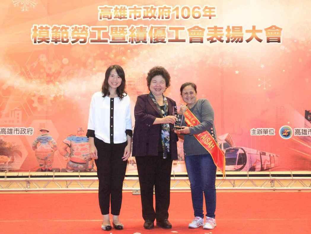 高雄市長陳菊(左)頒獎給康林公司優秀外籍勞工。 康林/提供