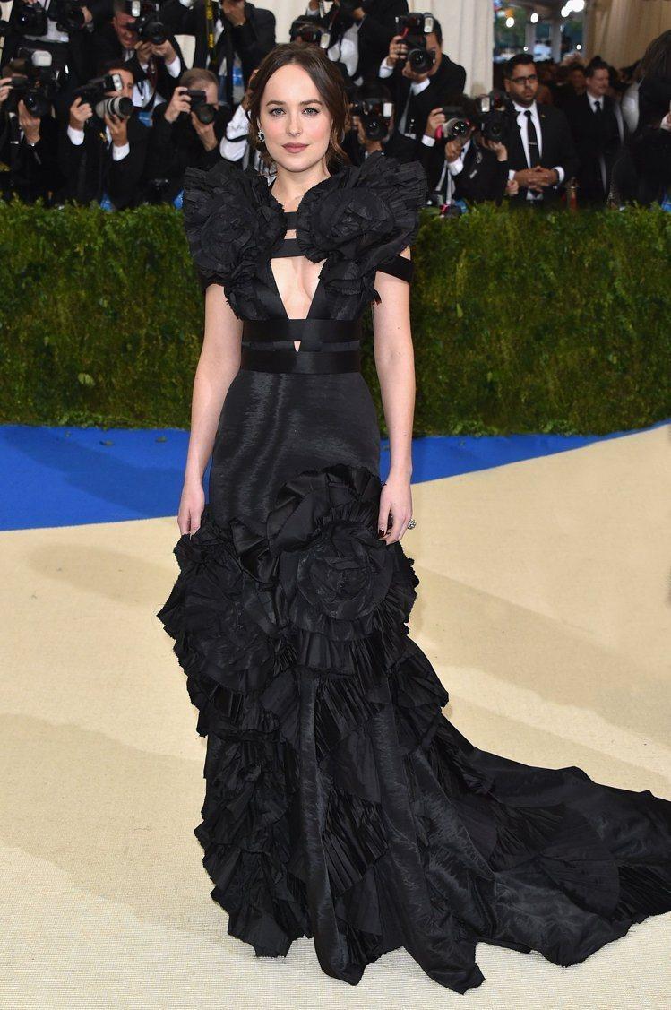 Dakota Johnson穿著一襲 Gucci黑色訂製絲質禮服出席2017 M...