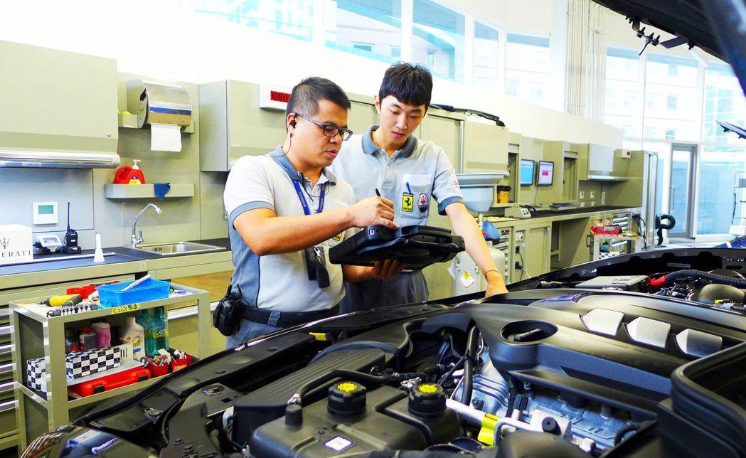 陳子陽(右)當兵前就被超跑大廠延攬為正式員工。城市科大/提供