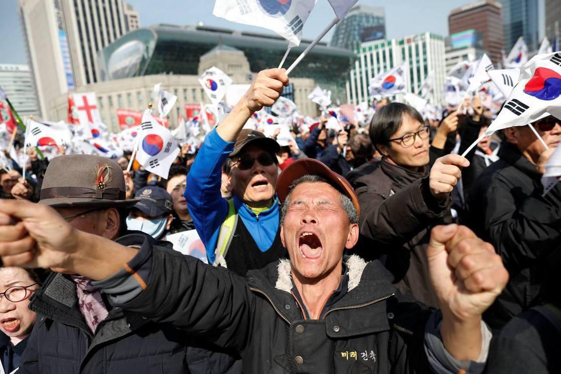 在韓國首爾,依然支持朴槿惠的高齡支持者。 圖/路透社