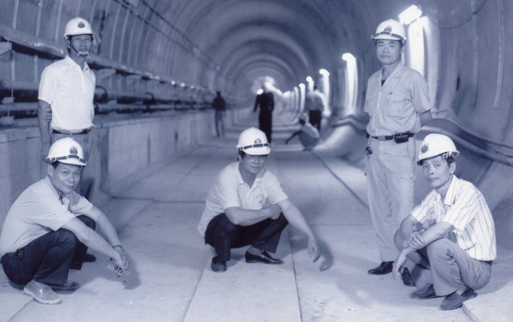 新店線CH221標罹患潛水夫症的工人攝於完工的坑道內。 攝影/何經泰