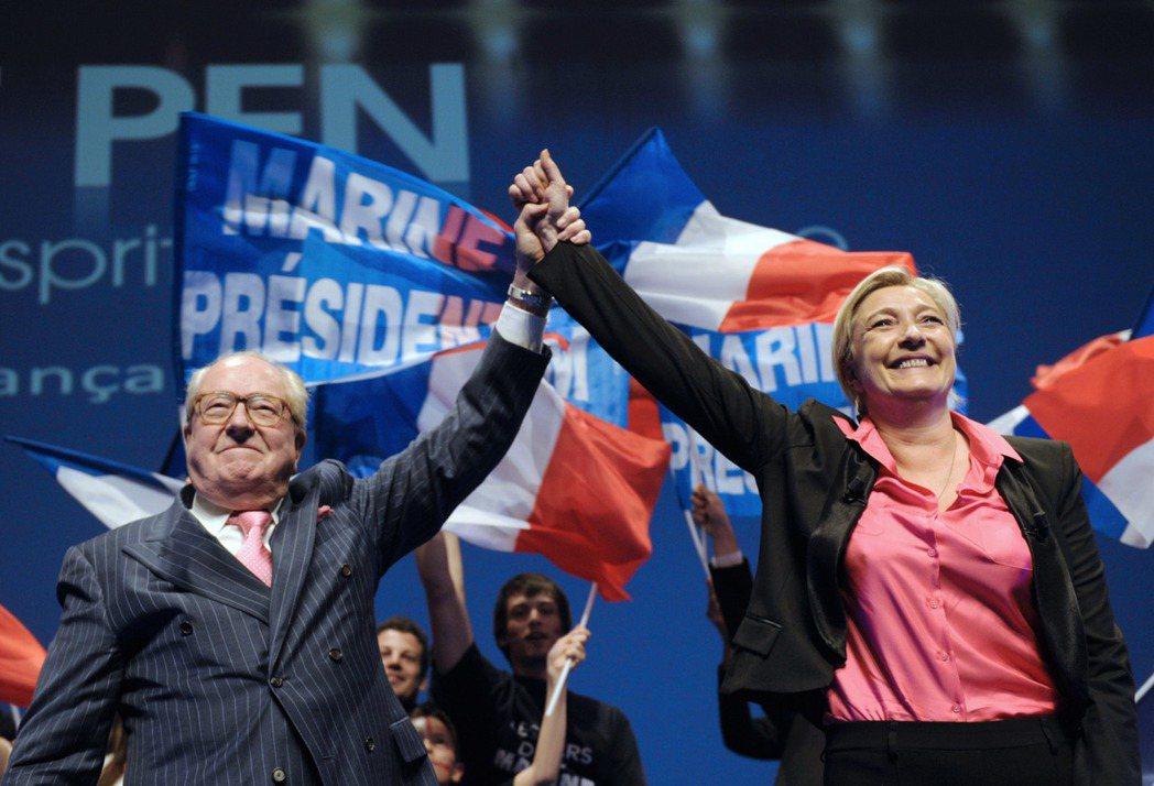 這次瑪琳·勒龐獲得的770萬票,比當年她父親(左)過去拿的票多了300萬張——數...