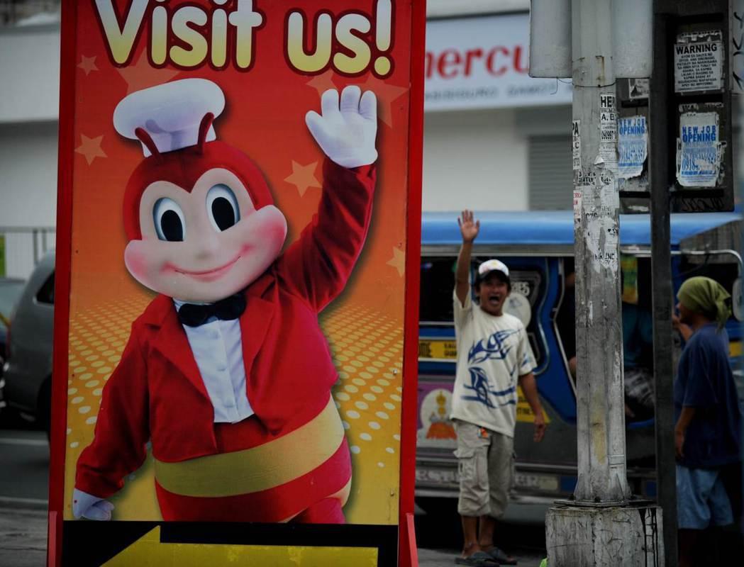 透過掌握在地口味與商業策略,本土品牌的快樂蜂在菲律賓有極高知名度。 圖/法新社