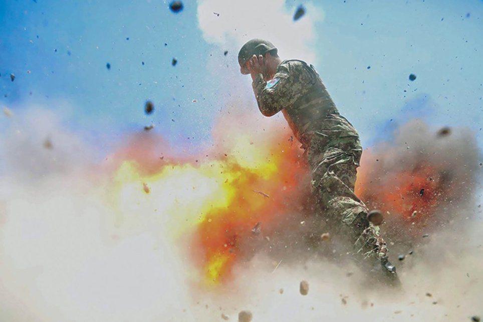 美國女大兵克萊頓在實彈訓練發生意外,當場被炸死,她的鏡頭拍下意外的瞬間。 圖擷自...