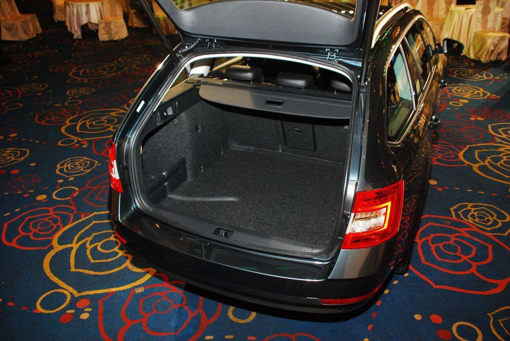 四門房車行李箱空間達590L,旅行車則為610L。圖/記者林昱丞攝影