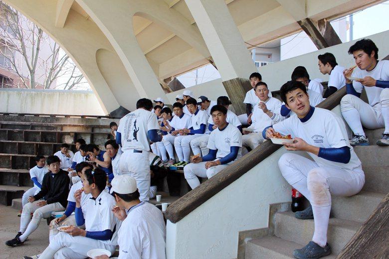 伊藤(手持紙杯者)雖然在東大野球部年紀稍長,但仍是積極參與球隊活動。 圖/取自東大野球部部落格