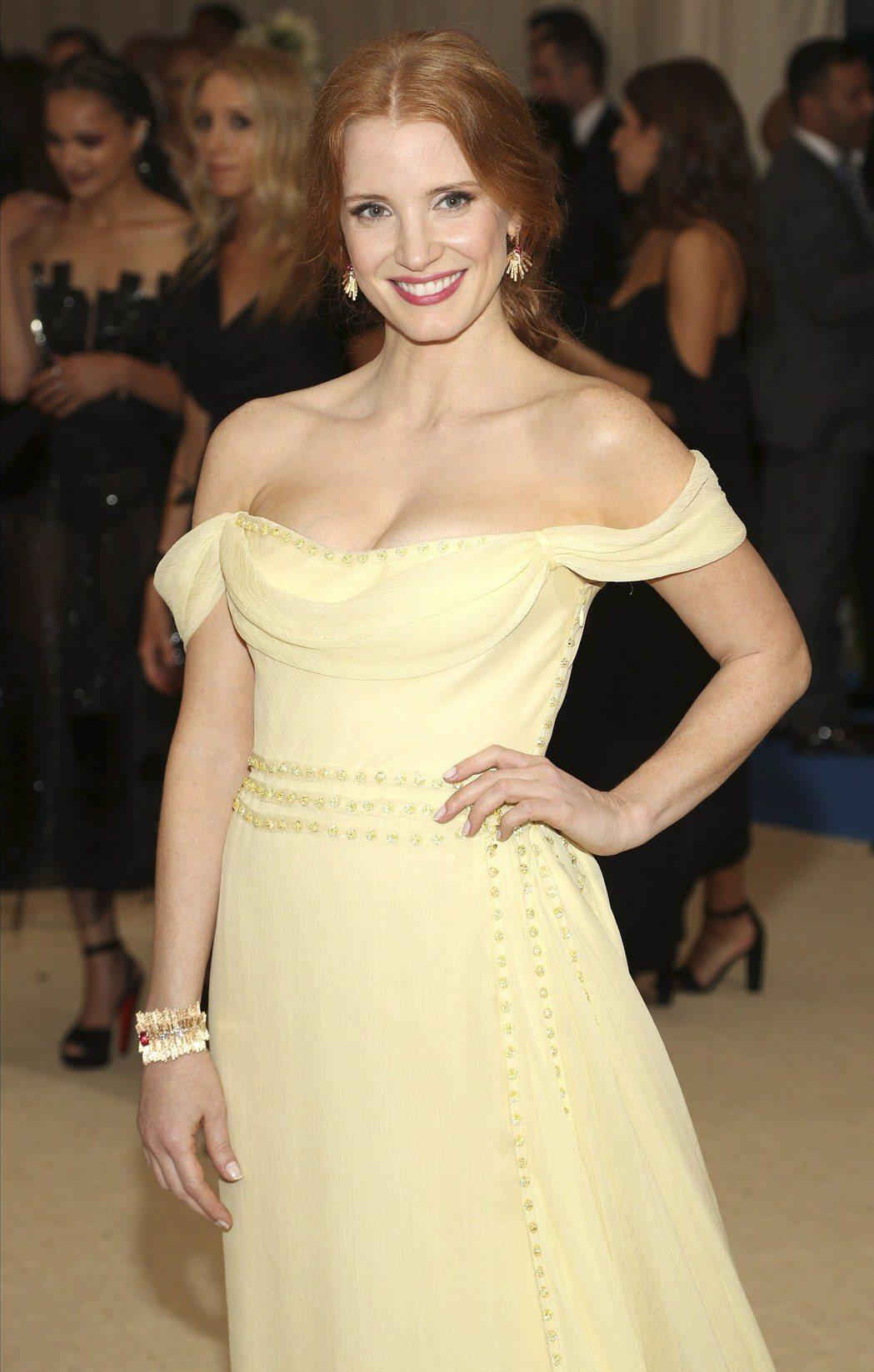 潔西卡雀斯坦黃色禮服搭配黃K金的伯爵珠寶,宛如迪士尼童話裡的貝兒。(歐新社)