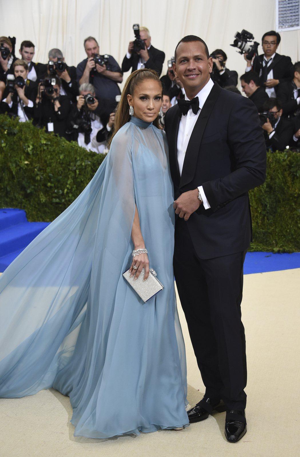 珍妮佛洛佩茲配戴海瑞溫斯頓珠寶,全身鑽石總重超過150克拉。首度聯袂亮相的男友艾...