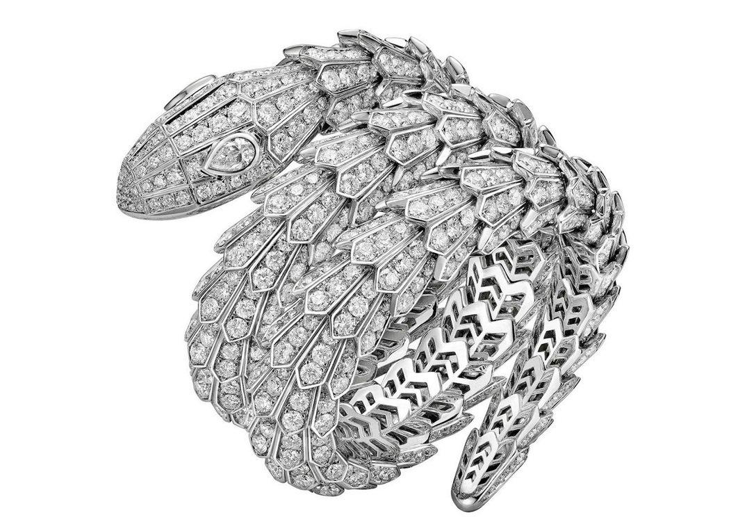 貝拉哈蒂配戴的寶格麗Serpenti頂級鑽石手環。圖/BVLGARI提供