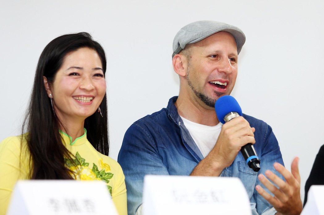 自美國的金鐘最佳主持人阮安祖(右)與來自越南的紀錄片導演阮金紅(左)在記者會上表...