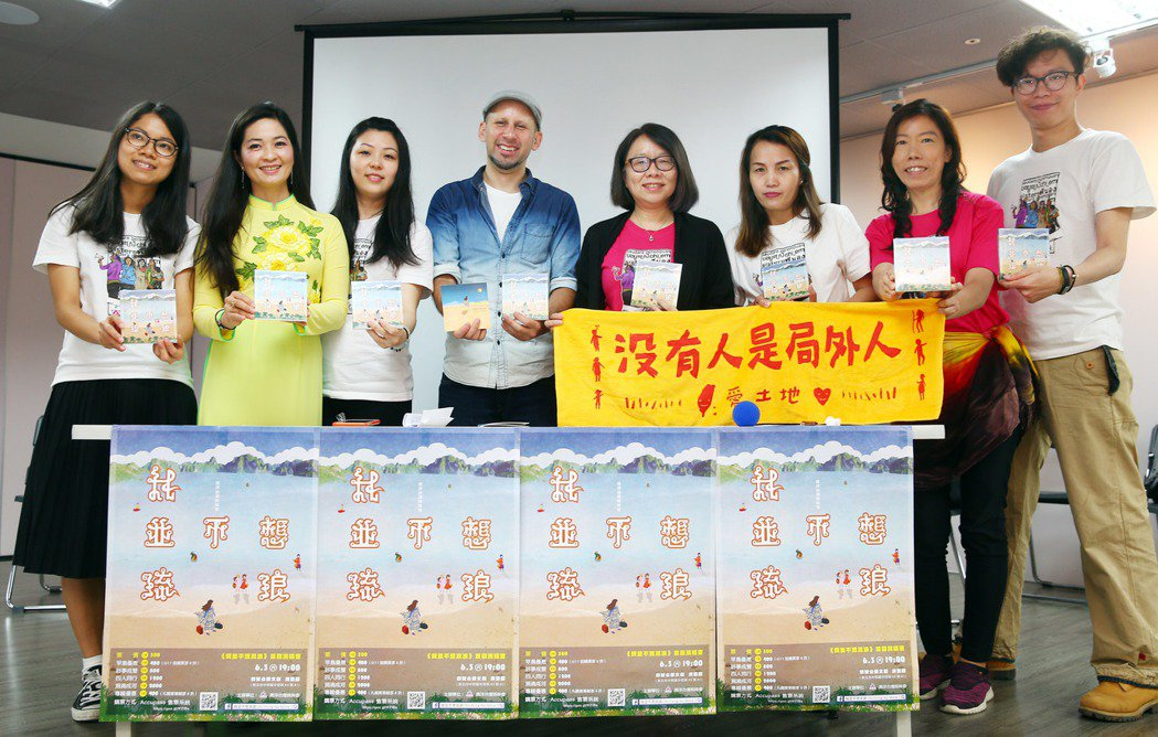 費時兩年,運用六種語言創作,動員二十多位演唱者與十來位音樂人,南洋台灣姊妹會在上...