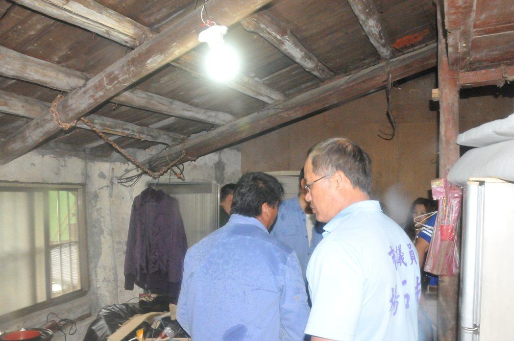 劉家屋頂破舊,經常漏水。記者游明煌/攝影