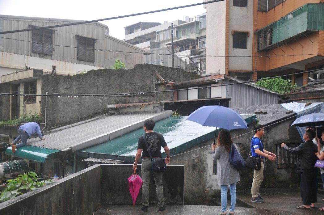 台灣心義工團今天到劉家勘查如何修破舊漏水屋。記者游明煌/攝影