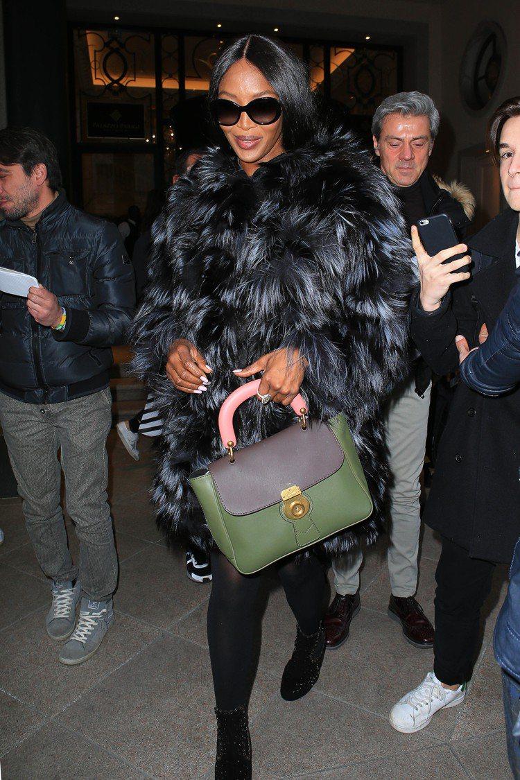 娜歐蜜坎貝爾以DK88中型提柄包演繹奢華的穿搭。圖/BURBERRY提供