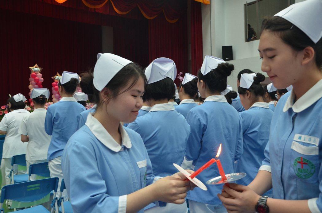 簡嘉芸(左)就讀桃園新生醫專護理科四年級,今天以學姊身份出席新生醫專加冠典禮,手