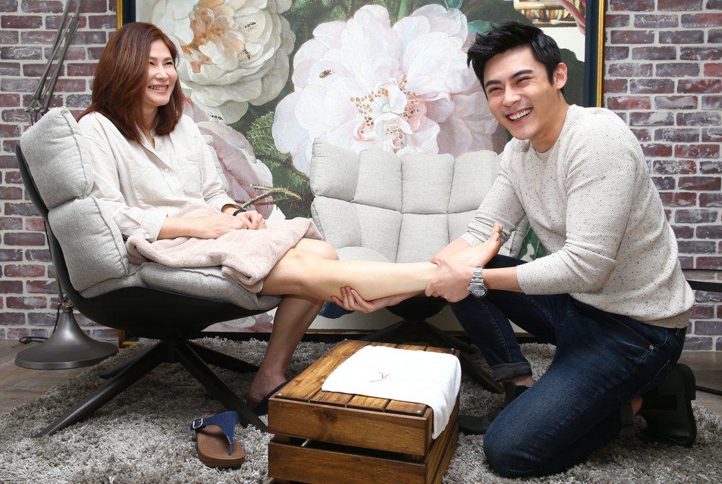 陳奕(右)為母親按摩腿部紓壓並送上自製小點心。記者曾學仁/攝影