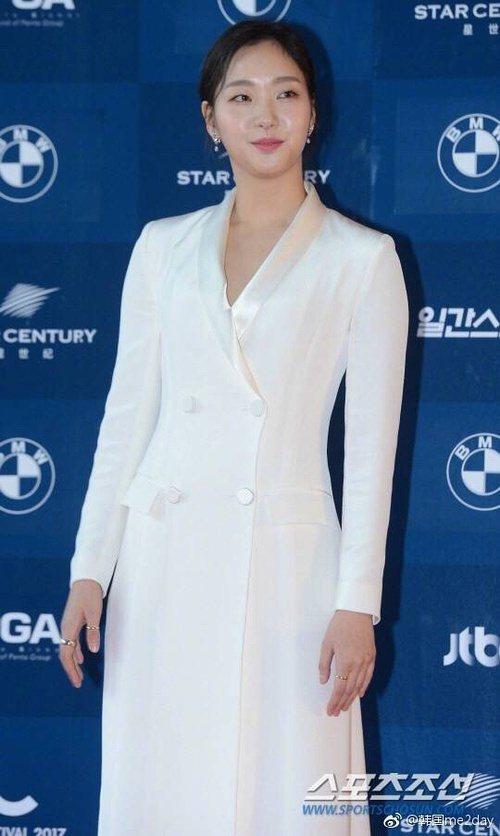 金高銀一身白套裝緊包略顯樸素。圖/摘自朝鮮體育