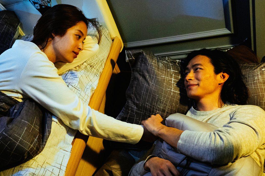 莫允雯(左)在「夢裡的一千道牆」中與黃河戀愛後不再怕惡夢。圖/好風光提供