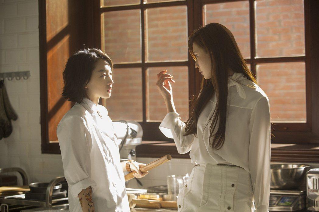 林志玲(右)在「喜歡你」中扮演美女主廚。圖/甲上提供