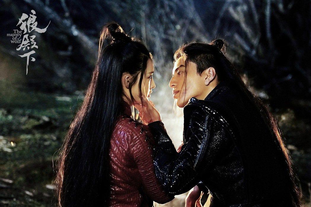 王大陸(左)與李沁「狼殿下」首波劇照。 圖/京騰娛樂提供