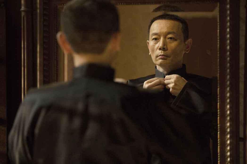 葛優在「羅曼蒂克消亡史」飾演上海灘呼風喚雨的「陸先生」,明顯影射青幫大亨杜月笙。